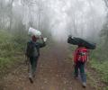 Porteurs entre Machame Gate et Machame Camp (1800 - 3000 m d'altitude) - Ascension du Kilimandjaro - Tanzanie