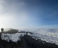 Arrivée au sommet du Kilimandjaro - Entre Stella Point ( 5745 m ) et Uhuru Peak ( 5896 m ) - Tanzanie